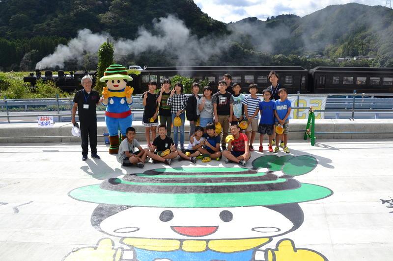 学校近くの「新小川橋」の架け替え校時に伴うブリッジアート活動記念